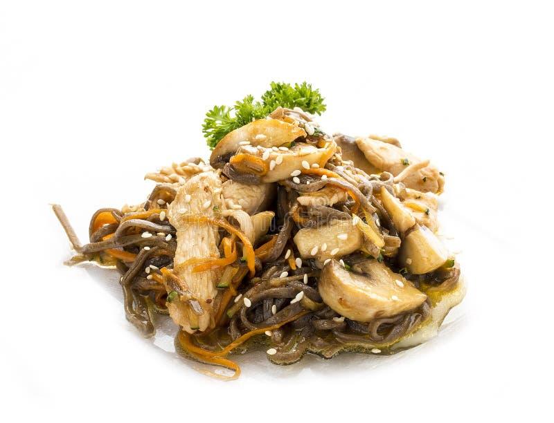 Galinha no molho do teriyaki com macarronetes, cogumelos e cenouras do trigo mourisco fotografia de stock royalty free