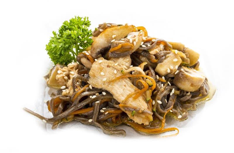 Galinha no molho do teriyaki com macarronetes, cogumelos e cenouras do trigo mourisco Almoço asiático imagens de stock
