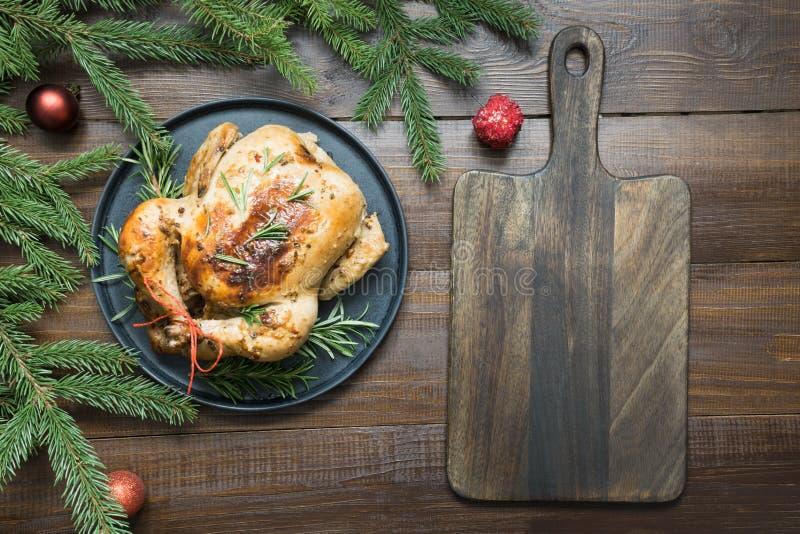 Galinha roasted do Natal tradicional com alecrins na tabela de madeira Vista superior fotografia de stock