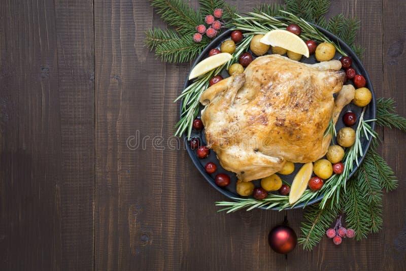 Galinha roasted do Natal tradicional com batatas e alecrins na tabela de madeira Vista superior foto de stock royalty free