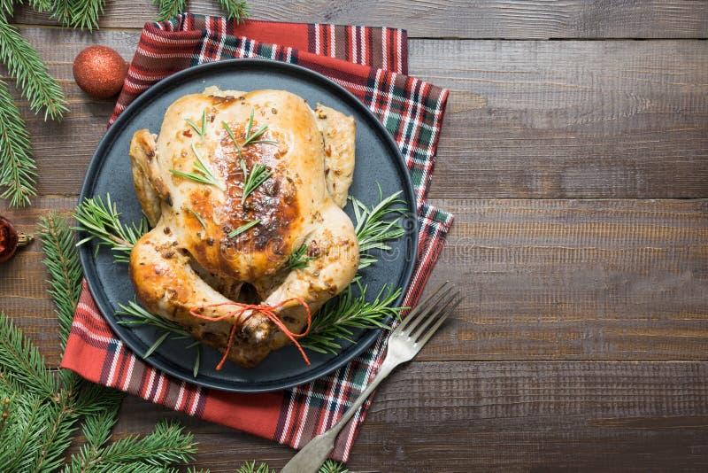 Galinha roasted do Natal tradicional com especiarias e alecrins na tabela de madeira Vista superior imagens de stock