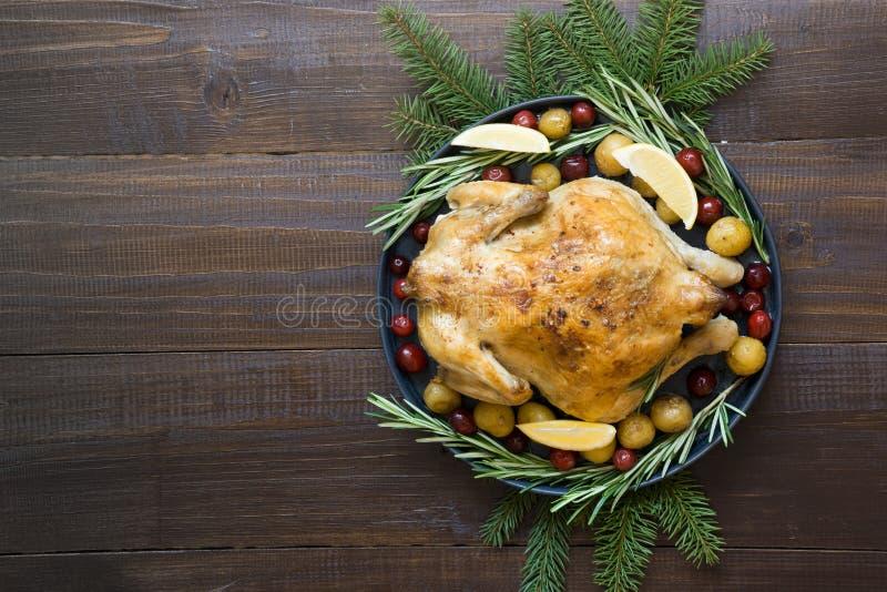 Galinha roasted do Natal tradicional com especiarias e alecrins na tabela de madeira Vista superior foto de stock