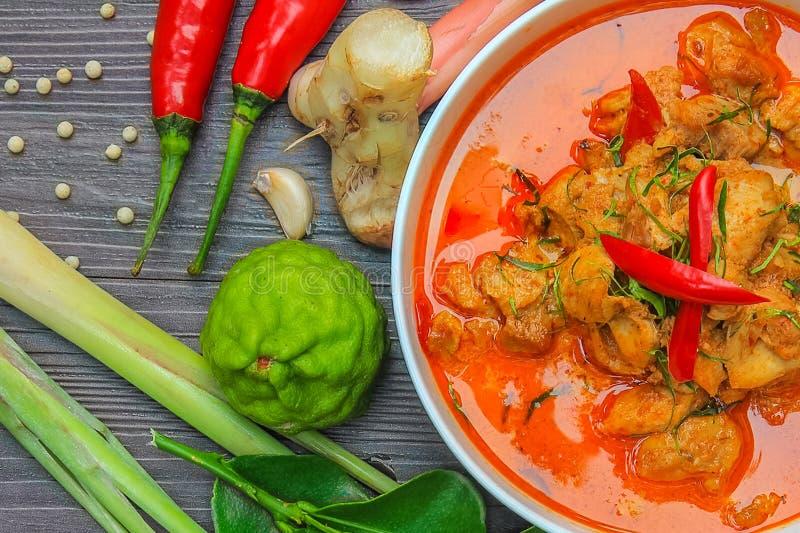 Galinha vermelha do caril, alimento picante tailandês e ingredientes frescos da erva na vista superior/ainda na vida de madeira,  fotografia de stock royalty free