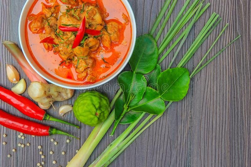 Galinha vermelha do caril, alimento picante tailandês e ingredientes frescos da erva sobre foto de stock royalty free