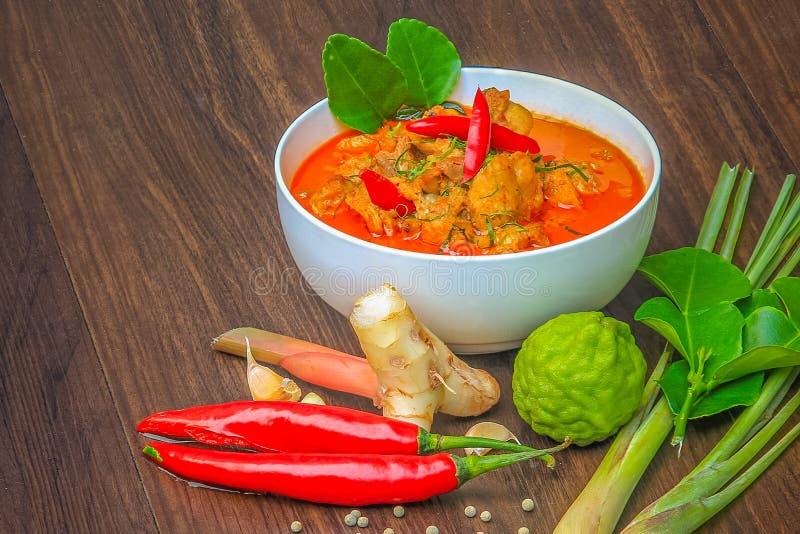 Galinha vermelha do caril, alimento picante tailandês e ingredientes frescos da erva sobre imagem de stock royalty free