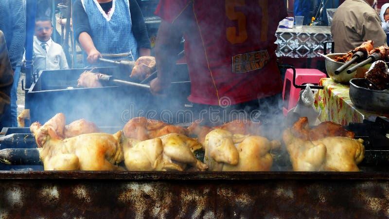 Galinhas cozinhadas no carvão no mercado livre Alimento tradicional em Equador imagens de stock royalty free