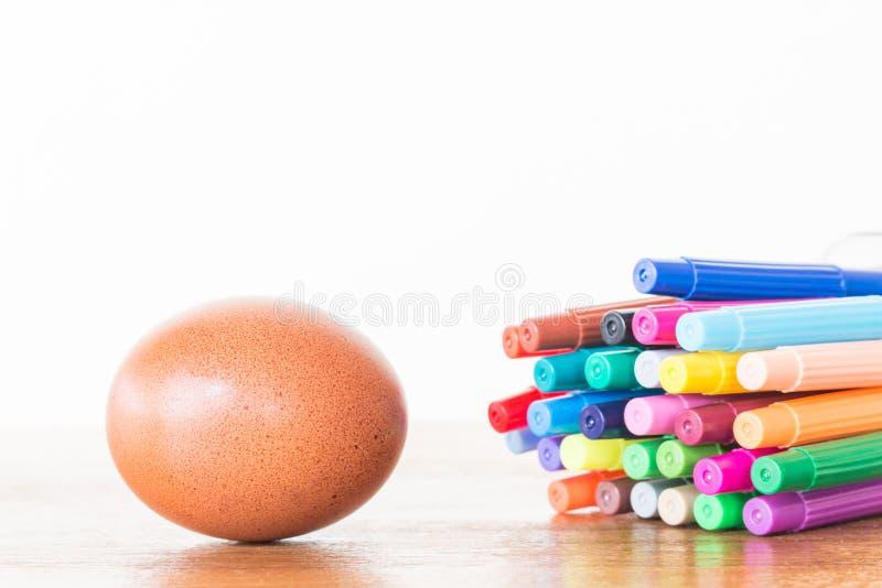 Galinhas do ovo da páscoa na tabela de madeira fotos de stock