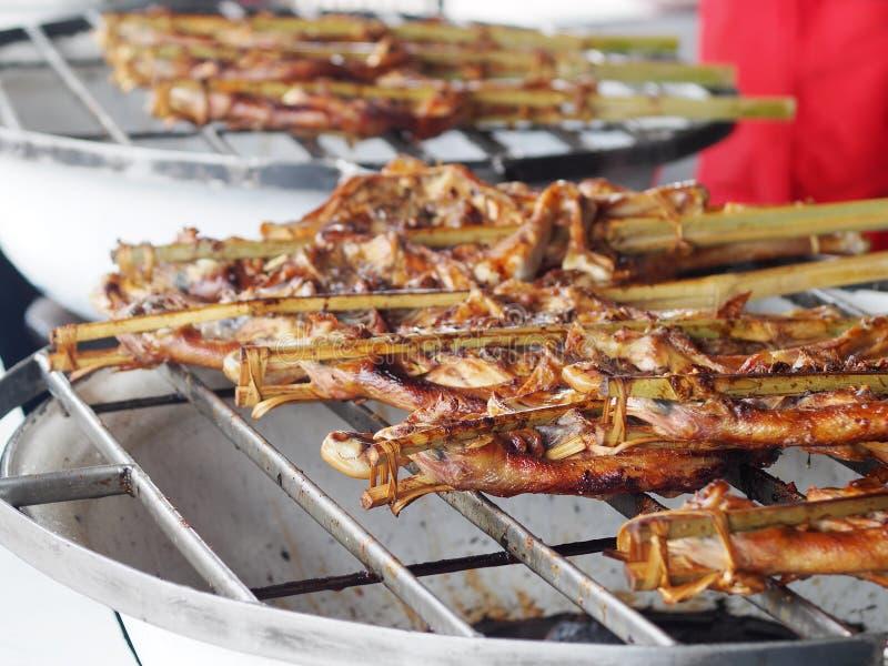 Galinhas grelhadas como uma assinatura do alimento colorido da rua em BANGUECOQUE do centro imagens de stock