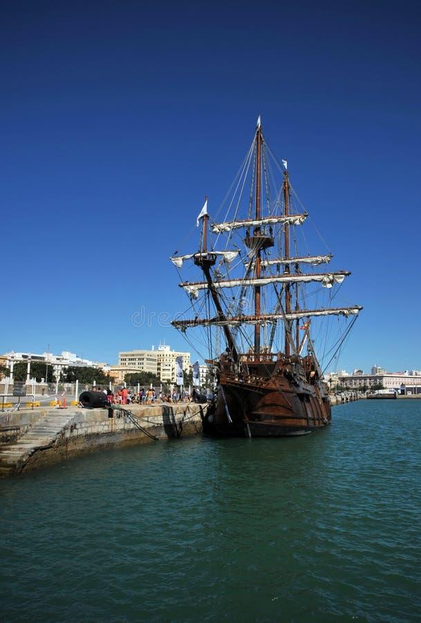 Galjoen in de zeehaven van de oude stad van Cadiz royalty-vrije stock foto