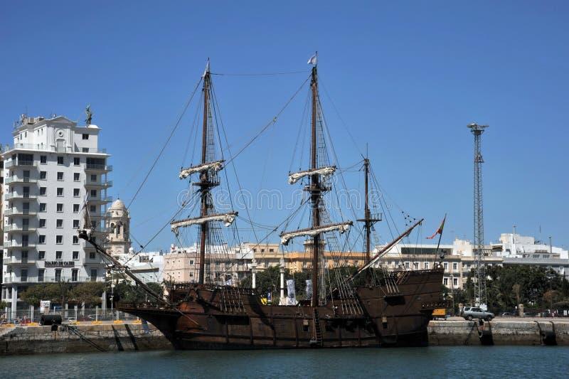 Galjoen in de zeehaven van de oude stad van Cadiz royalty-vrije stock foto's