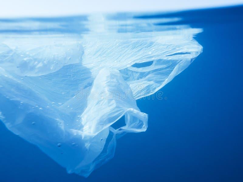 Galleggiamento del sacchetto di plastica subacqueo in mare fotografia stock