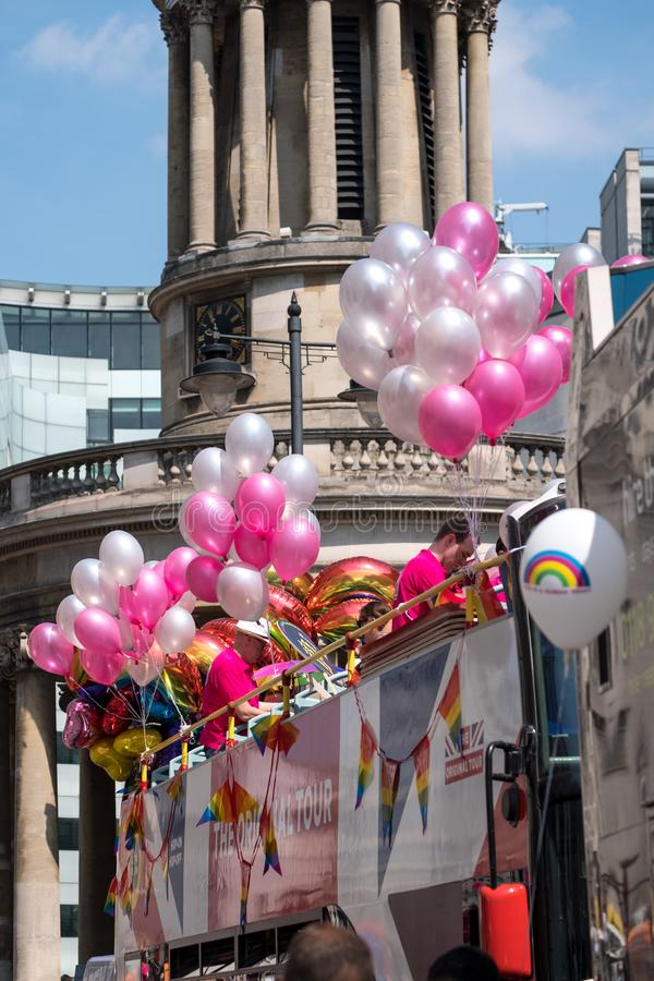 Galleggiante Colourful con la gente a bordo e decorato con i palloni, su Regent Street durante il Pride Parade gay 2018 a Londra immagine stock