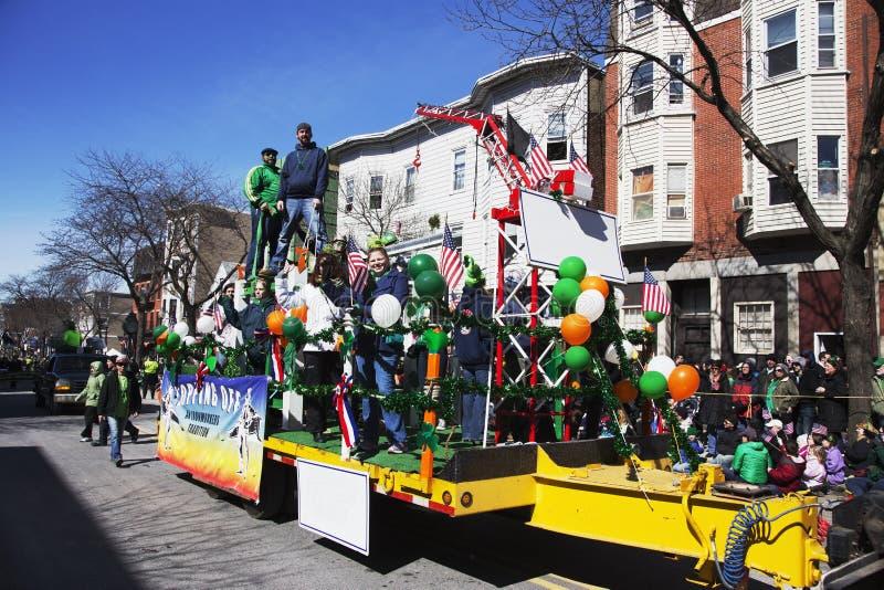 Galleggiante degli operai siderurgici, parata del giorno di St Patrick, 2014, Boston del sud, Massachusetts, U.S.A. fotografia stock