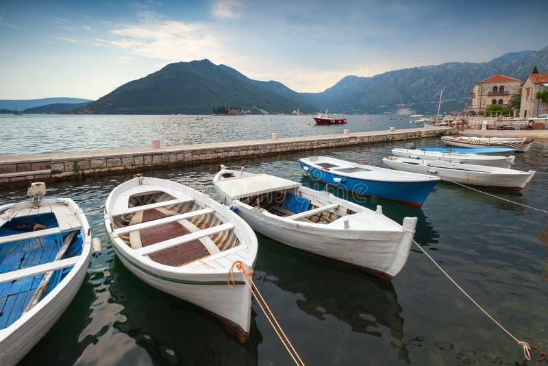 Galleggiante dei pescherecci attraccato nella baia di Cattaro fotografia stock libera da diritti