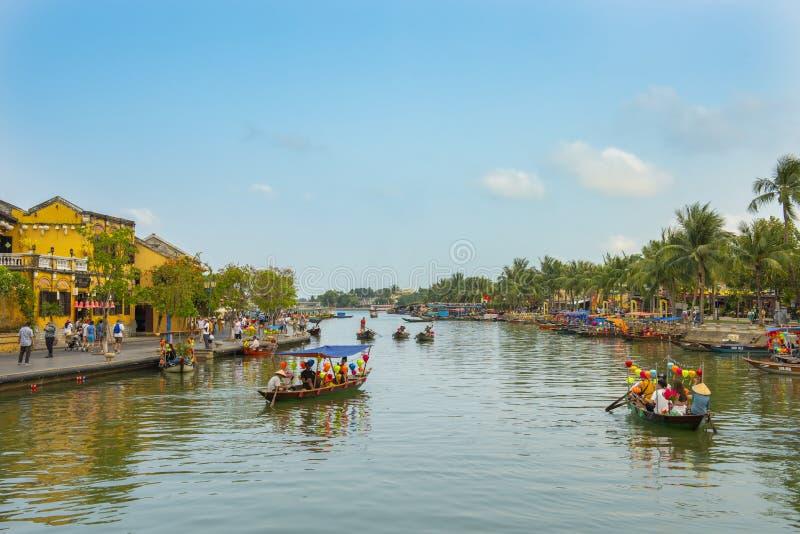 Galleggiante della barca turistica a Hoi un fiume nel vecchio sito del patrimonio mondiale della città nel Vietnam fotografia stock libera da diritti