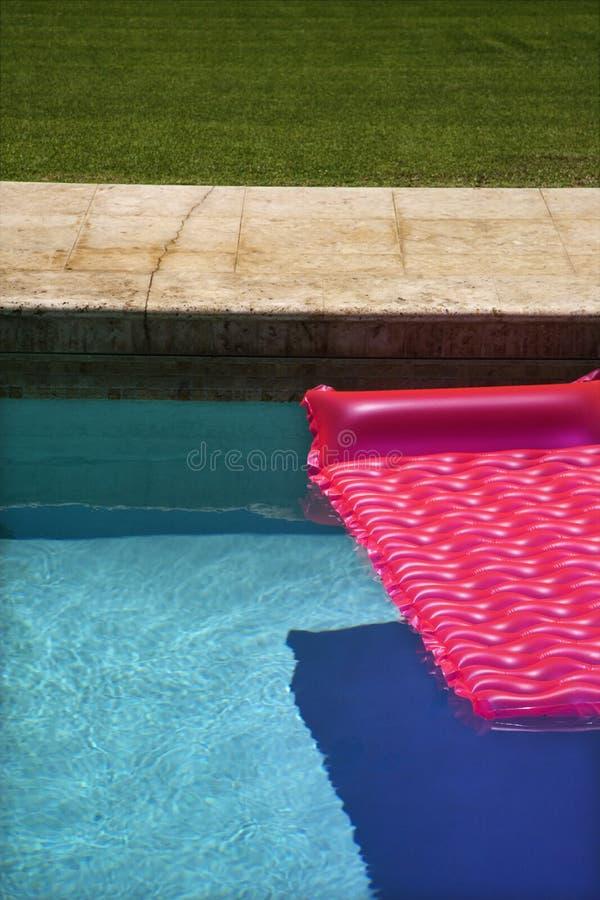 Galleggiante dentellare nella piscina. fotografia stock libera da diritti