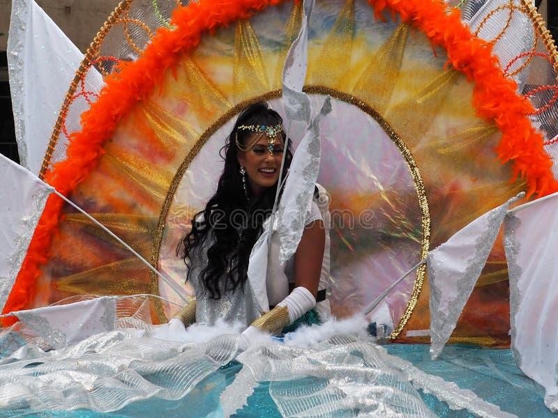 Galleggiante di In Costume With del ballerino nella parata di CariWest fotografie stock libere da diritti