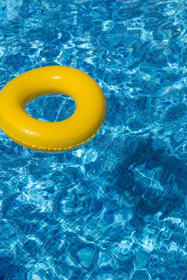 Galleggiante giallo dello stagno, anello dello stagno in refreshi blu fresco fotografia stock