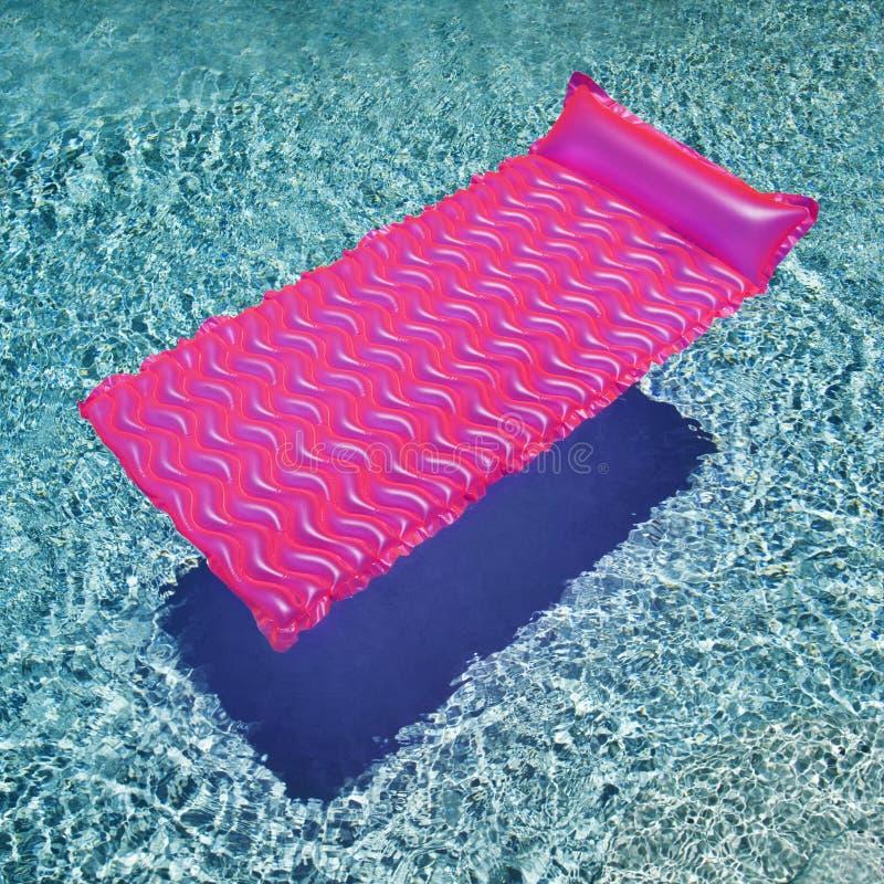 Galleggiante nella piscina. immagini stock