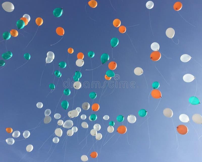 Galleggiante variopinto del pallone fino al cielo blu fotografia stock