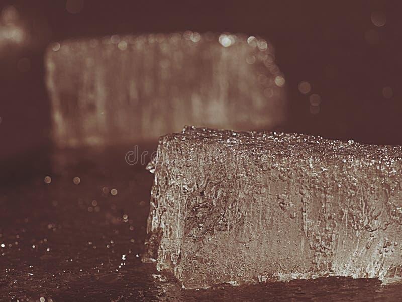 Galleggianti della banchisa alla superficie di acqua sorgiva pulita Ghiaccio brillante immagini stock