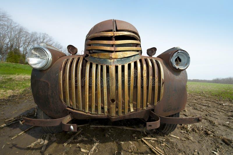 Galler av den Retro antika rosta lantgårdlastbilen för gammal tappning arkivfoton