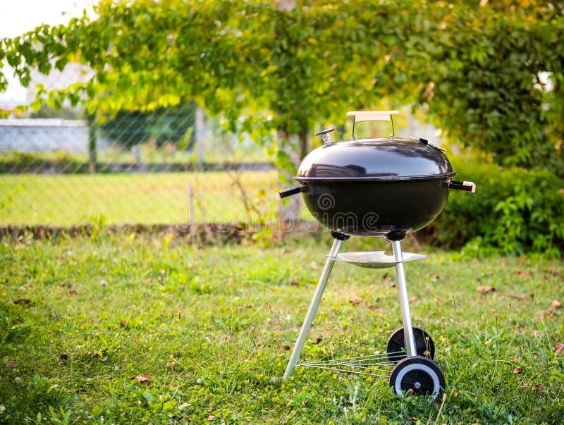 Galler för grillfest för kokkärlkolBBQ i trädgård eller trädgård arkivfoton