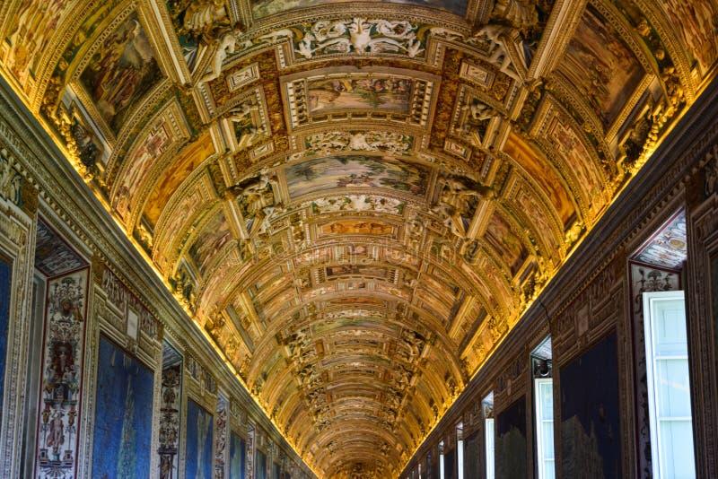 Galleri av översikter, i museum av Vaticanen royaltyfri bild