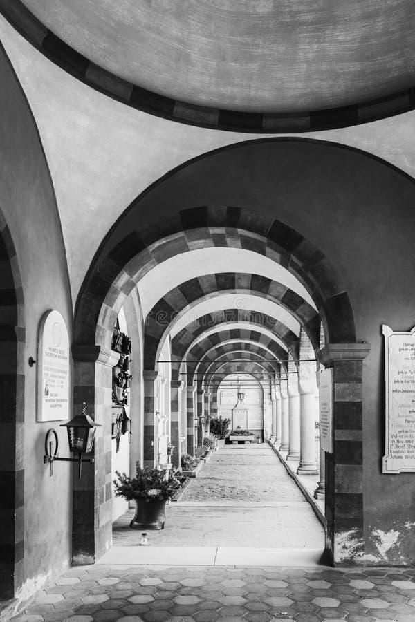 Galleri av bågar och kolonnaden inom kyrkogården arkivbilder