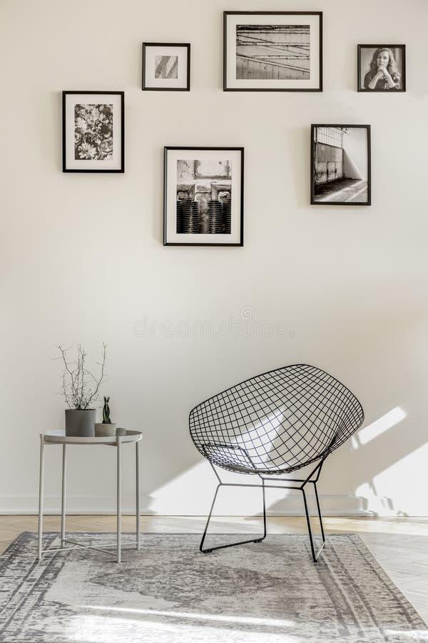 Galleri av svartvita foto på den tomma väggen av den rymliga vardagsruminre arkivbilder