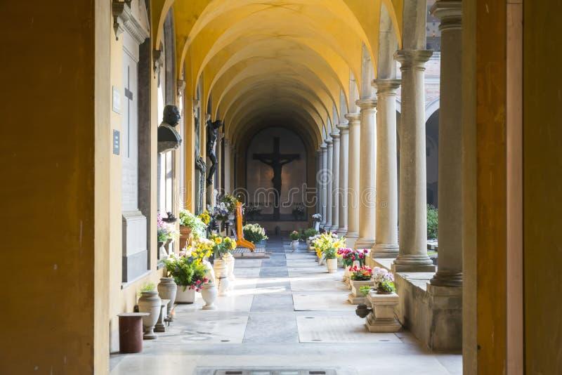Galleri inom kyrkogård royaltyfri bild