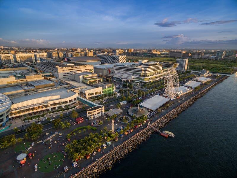 Galleria av Asien i Bay City, Pasay, Manila Filippinerna med pir och Cityscape royaltyfri foto