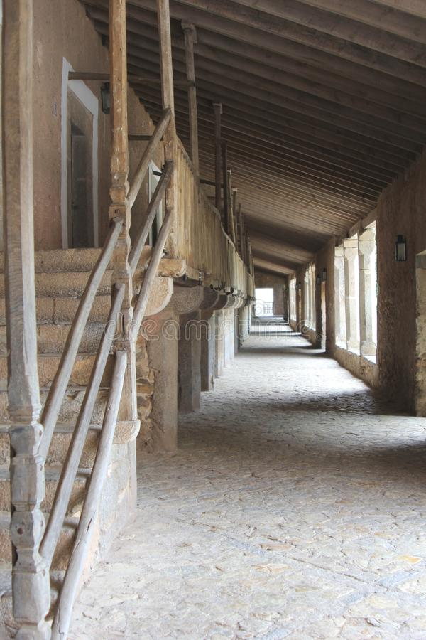 Galleria con le stanze per i turisti nel monastero Santuari de Lluc, Mallorca, Spagna fotografia stock libera da diritti