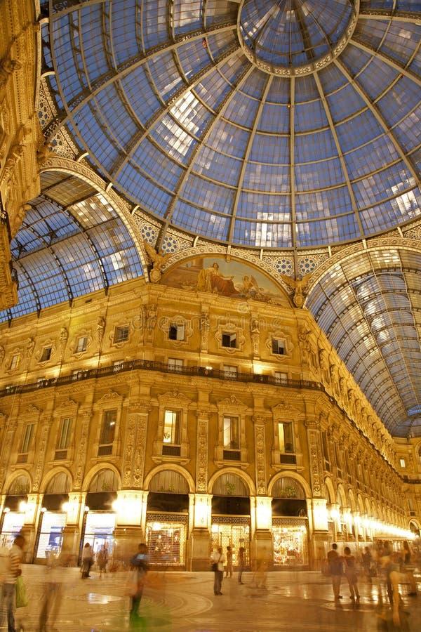 Galleria de Milão - de Vittorio Emanuele na noite imagem de stock royalty free