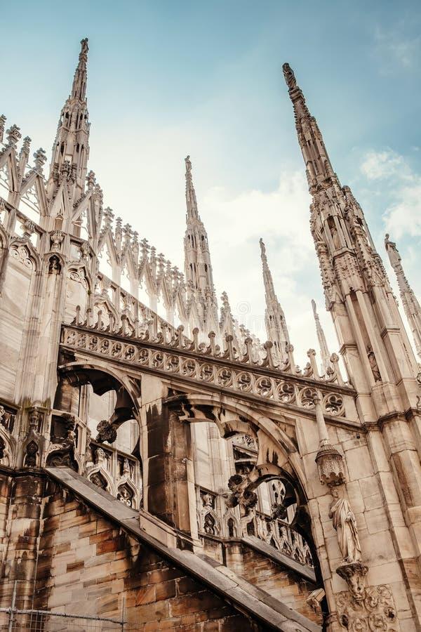 Galleria del tetto di Milan Cathedral Stile sgargiante di architettura gotica recente immagine stock
