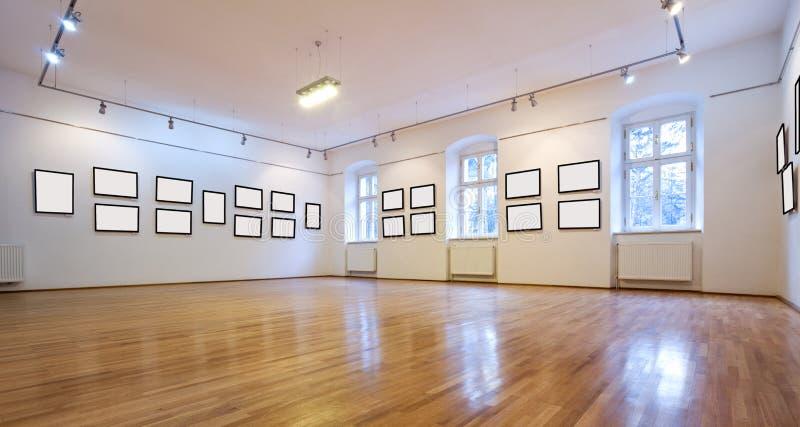 Galleria di arte con le maschere in bianco fotografia stock libera da diritti