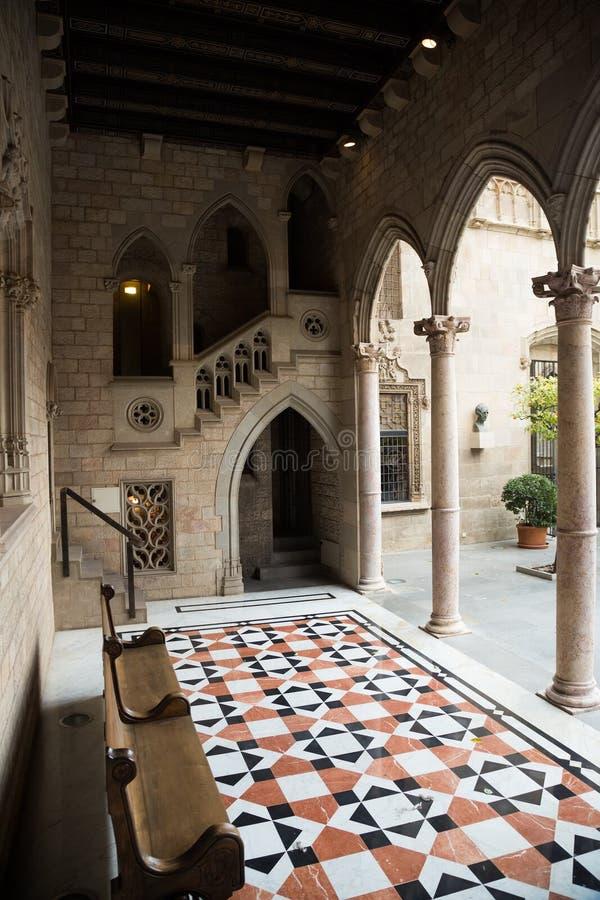 Galleria gotica e cortile interno in palazzo immagine stock