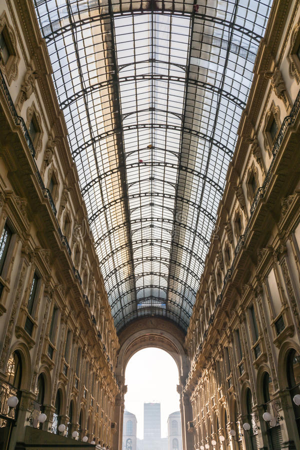 Galleria Vittorio Emanuele ΙΙ διάσημος προορισμός Ιταλία εισόδων στοκ εικόνα με δικαίωμα ελεύθερης χρήσης
