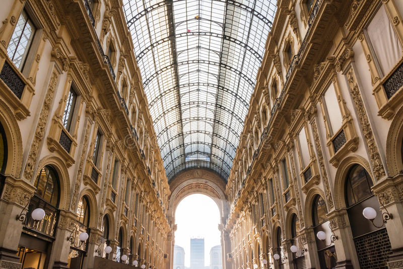 Galleria Vittorio Emanuele ΙΙ διάσημος προορισμός Ιταλία εισόδων στοκ φωτογραφία με δικαίωμα ελεύθερης χρήσης