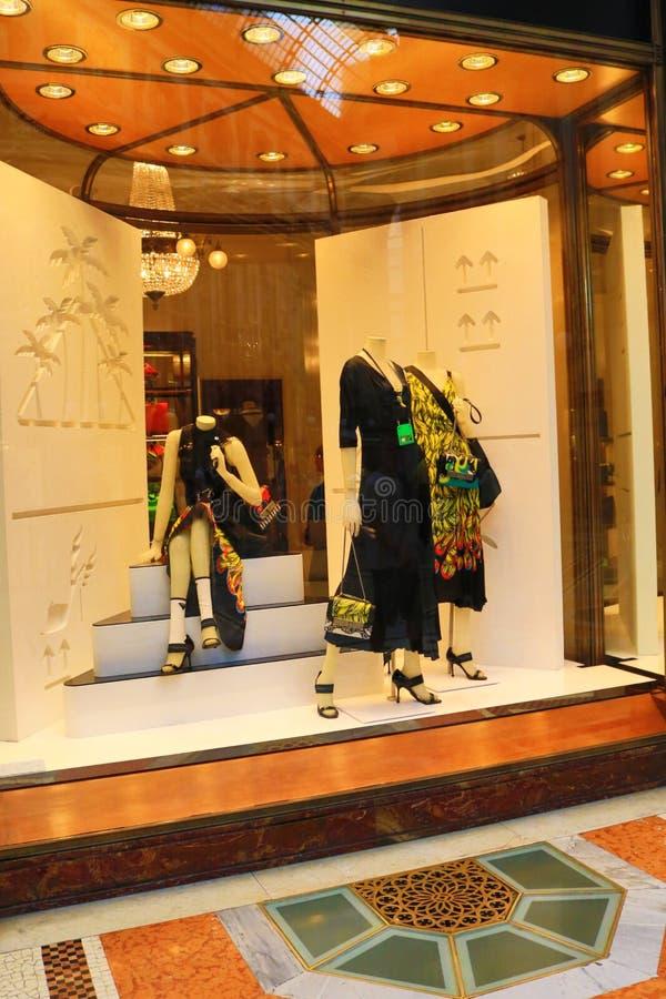 Galleria Vittorio Emanuele ΙΙ προθήκη Μιλάνο ενδύματος πολυτέλειας στοκ εικόνα