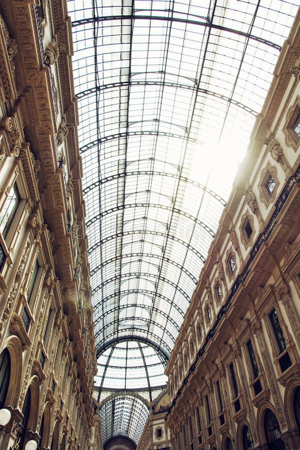 Galleria Vittorio Emanuele ΙΙ στην πόλη του Μιλάνου, Ιταλία, αγορές mal στοκ εικόνες με δικαίωμα ελεύθερης χρήσης
