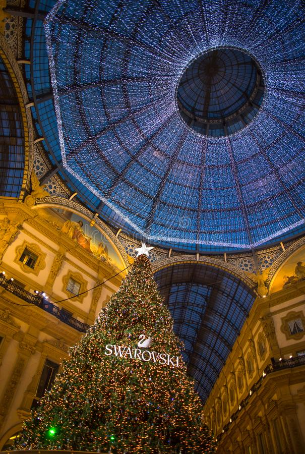 Galleria Vittorio Emanuele ΙΙ στο Μιλάνο με το χριστουγεννιάτικο δέντρο που φωτίζονται και τα φω'τα, Ιταλία στοκ εικόνα