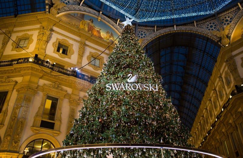 Galleria Vittorio Emanuele ΙΙ στο Μιλάνο με το χριστουγεννιάτικο δέντρο που φωτίζονται και τα φω'τα, Ιταλία στοκ φωτογραφία με δικαίωμα ελεύθερης χρήσης