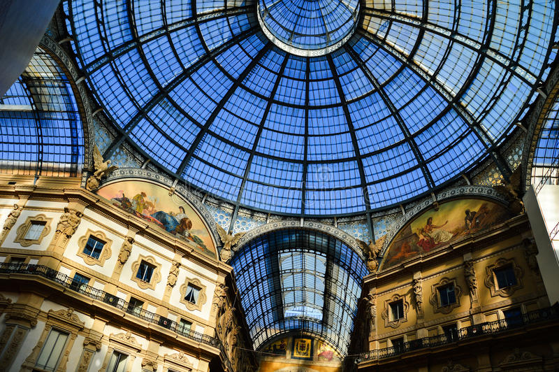 Galleria Vittorio Emanuele II en la central de Milán, Italia imagen de archivo