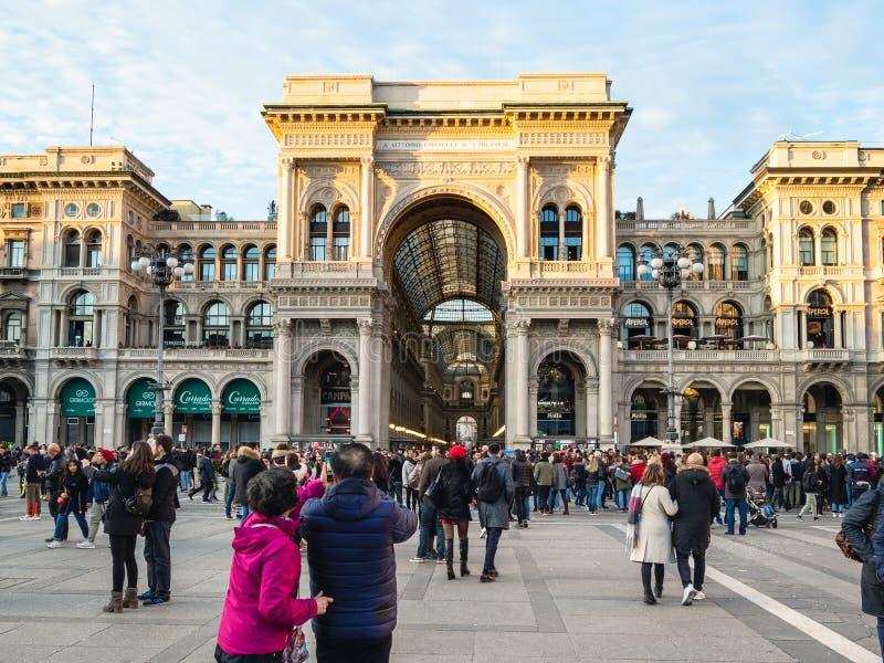 Galleria Vittorio Emanuele II in Milaan in avond stock afbeeldingen