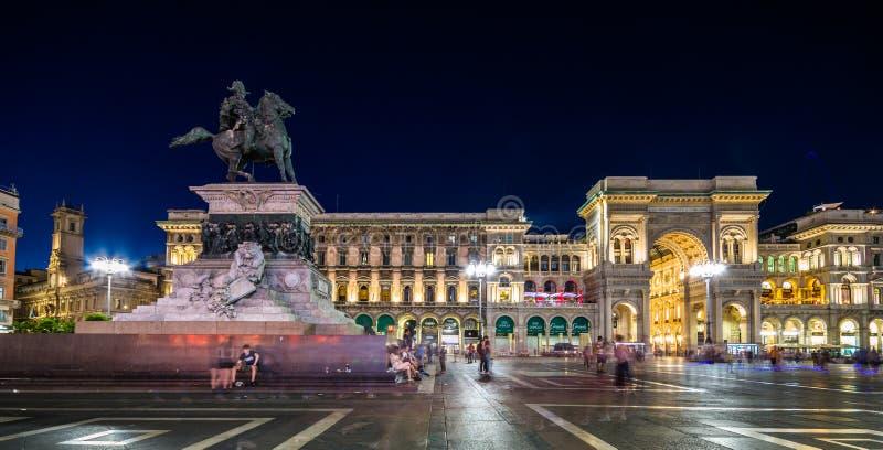 Galleria Vittorio Emanuele II Piazza del Duomo en la noche, Milán, Lombardia, Italia imágenes de archivo libres de regalías