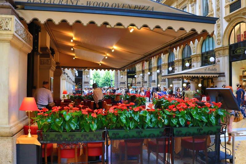 Galleria Vittorio Emanuele II winkels en restaurant Milan Italy royalty-vrije stock afbeelding
