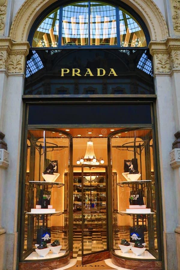 GalleriaVittorio Emanuele II shoppar lyxiga kläder fönstret Milan fotografering för bildbyråer