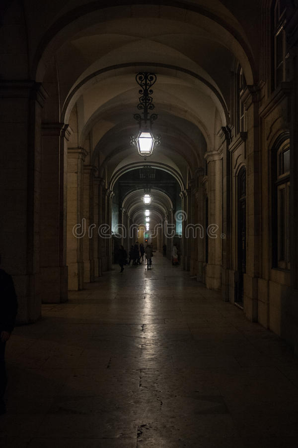 Gallerie di Lisbona al quadrato di commercio alla notte fotografia stock libera da diritti