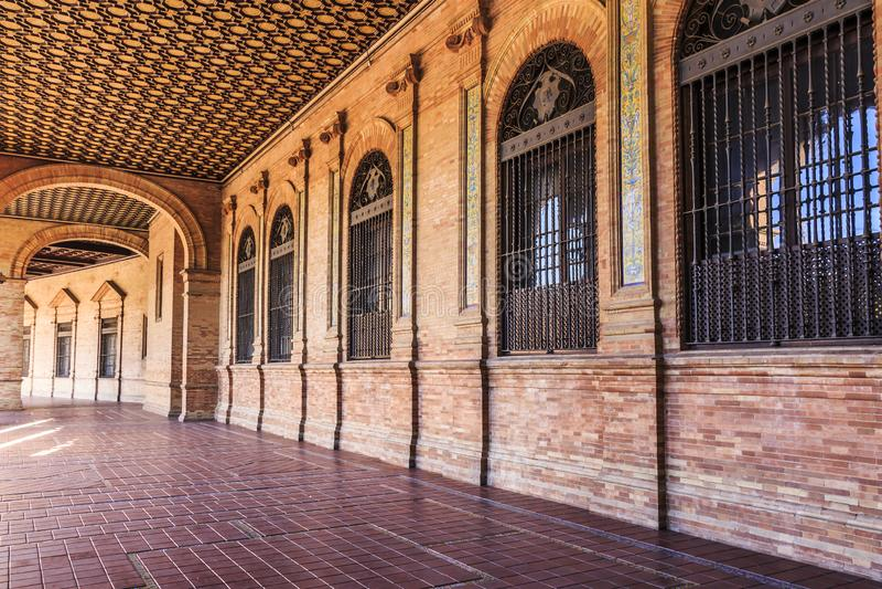 Gallerierna på den Sapin fyrkanten som fodras med välvda fönster med smidesjärnportar royaltyfria foton